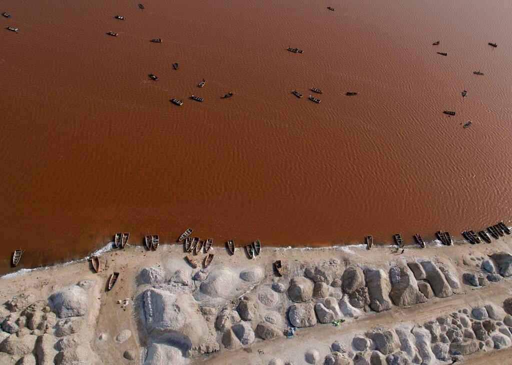 Огромное количество лодок добытчиков соли можно встретить на берегу Ретба