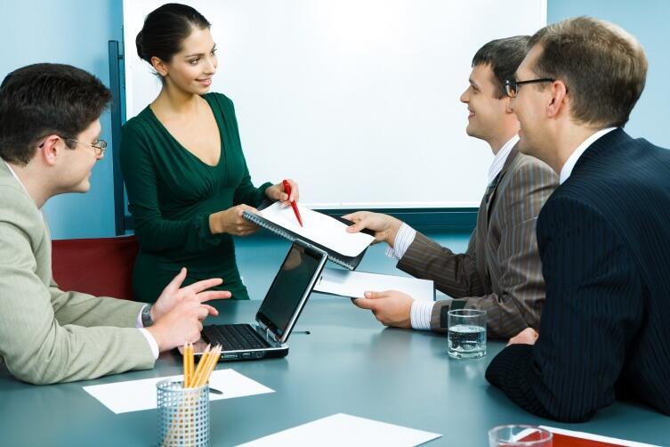 Экстраверт лучше налаживает новые деловые контакты чем интроверт