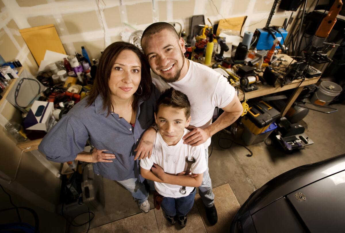 В гараже мама - гостья, а хозяйничают отец и сын
