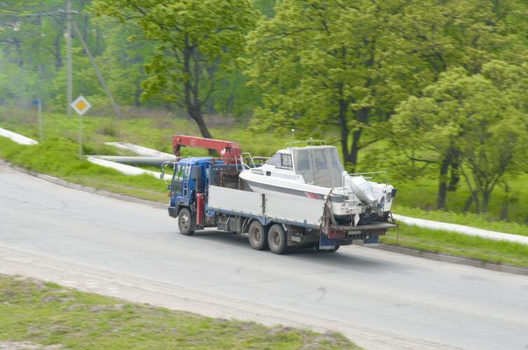 Эвакуатор может перевозить не только машины, но и яхты или катеры