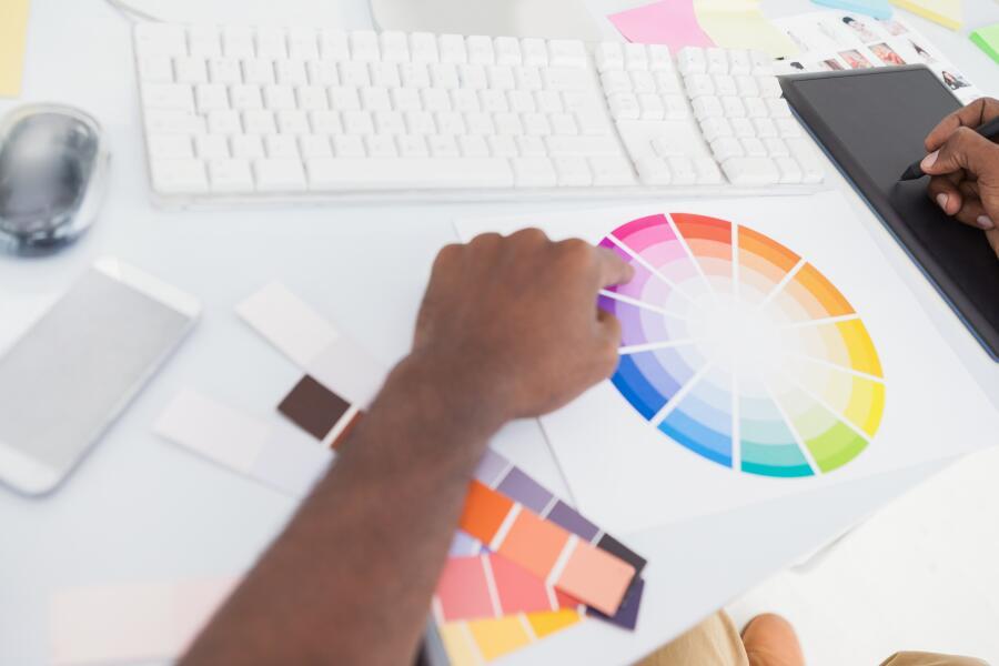 Колесо цвета, показывает, как из базовых получаются дополнительные цвета