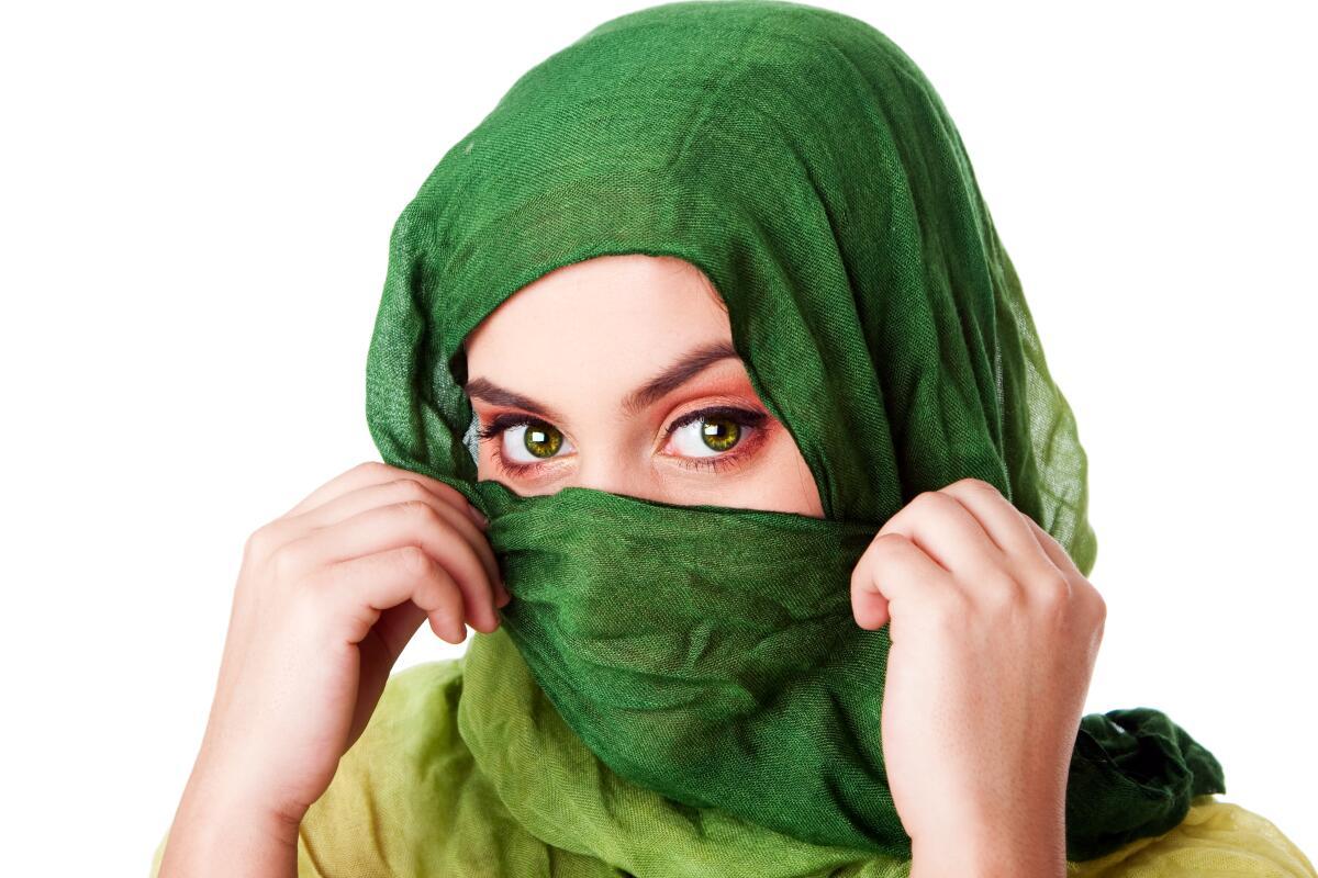 Если зелёная ткань сделает лицо ярким, а кожу — матовой, значит, тип — холодный или смешанный летне-зимний