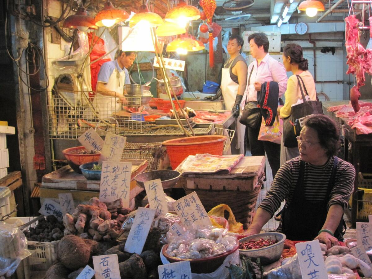 На китайском рынке можно самостоятельно выбрать живую змею и повар приготовит ее прямо у вас на виду