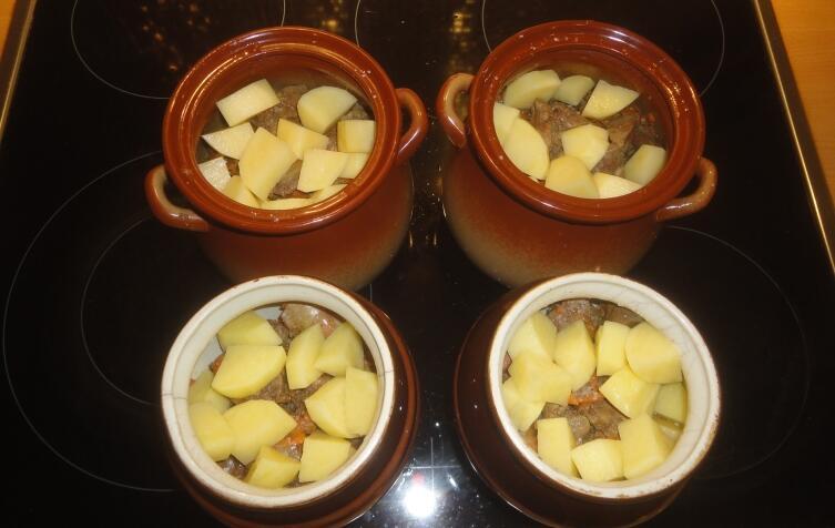Сверху, на обжаренную с луком и морковью печень, выкладываем остатки порезанной на кубики картошки