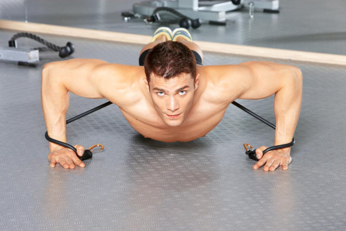 Обзаведитесь эспандером - с его помощью можно увеличивать нагрузку при выполнении обычных упражнений с собственным весом