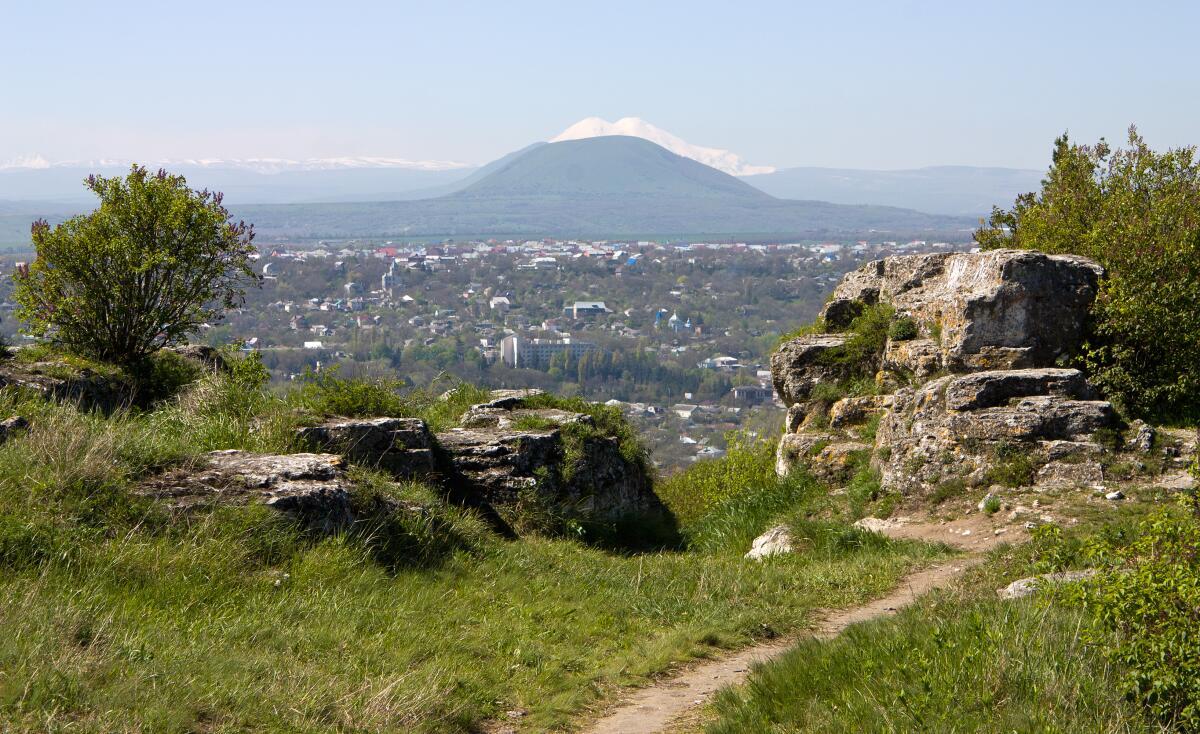 Вид на город Пятигорск, в хорошую погоду виден Эльбрус