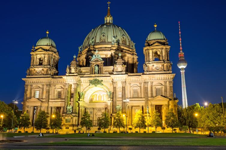 Кафедральный собор Берлина и телебашня на втором плане