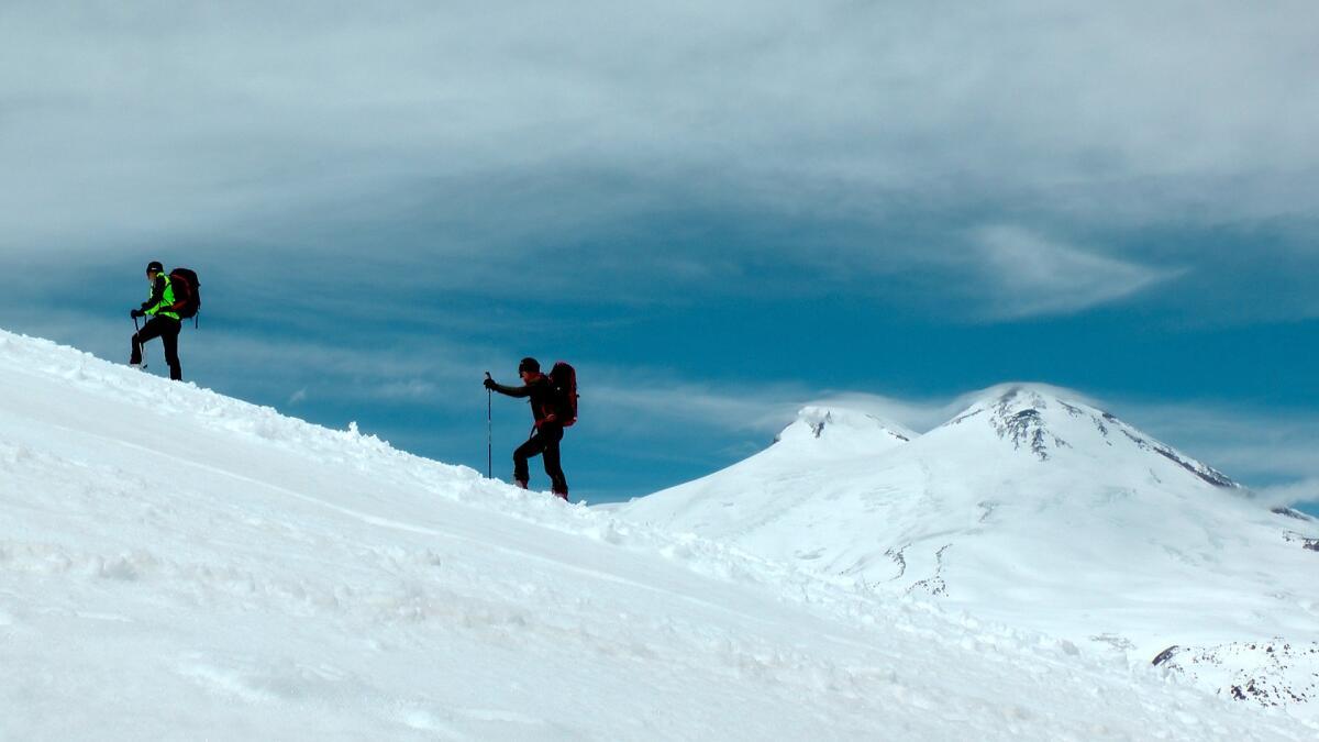 Современные альпинисты на фоне Эльбруса