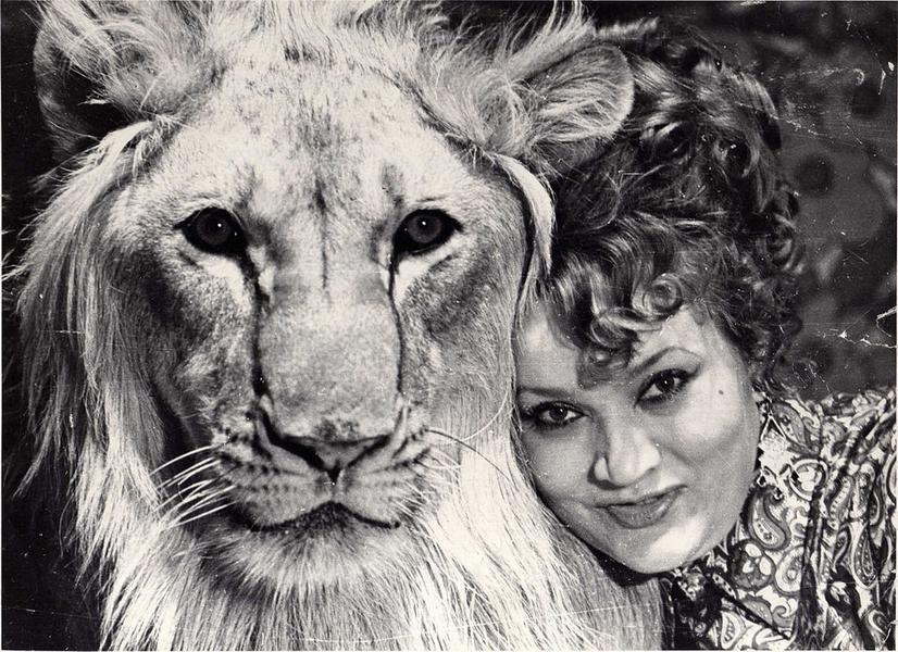 Нина Берберова со львом Кингом I