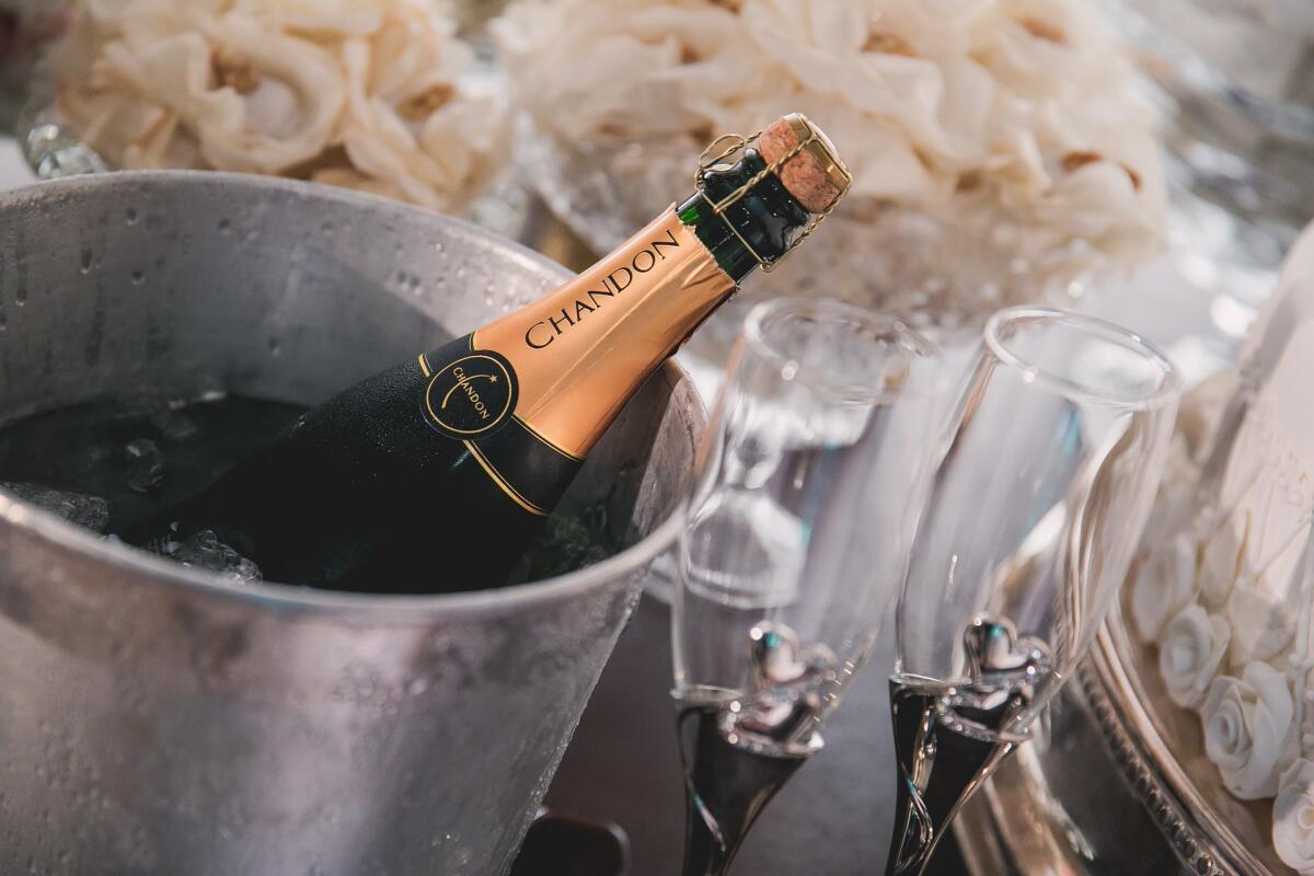 Шампанское нужно освободить от фольги, но открывать пробку перед самой подачей
