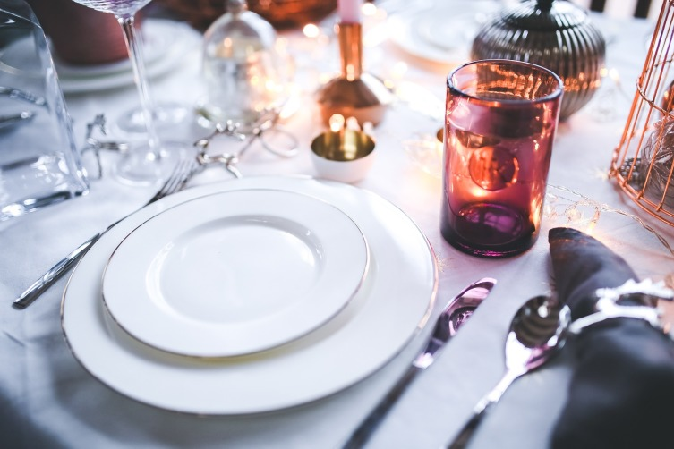 Классика жанра - вилки слева, ножи и ложки справа от тарелки