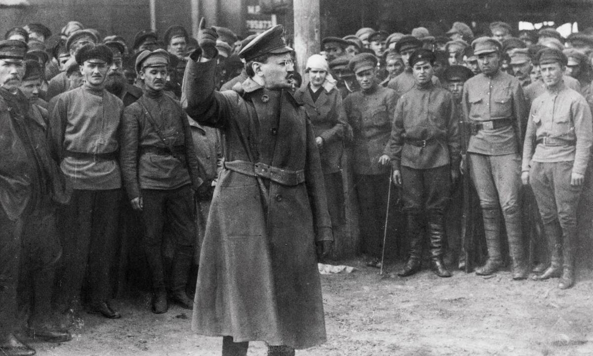Лев Троцкий призывает русский народ на революцию. Для инвалидов этот период оказался печальным - вначале их перестали кормить, а затем и вообще изгнали с острова.