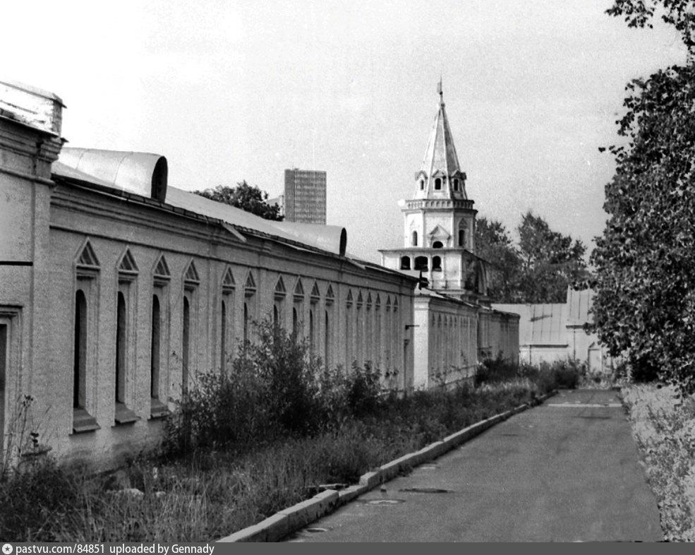 Задние ворота и одноэтажые корпуса богадельни у собора Покрова Пресвятой Богородицы, 1987г, фото Чеботарь А. М.