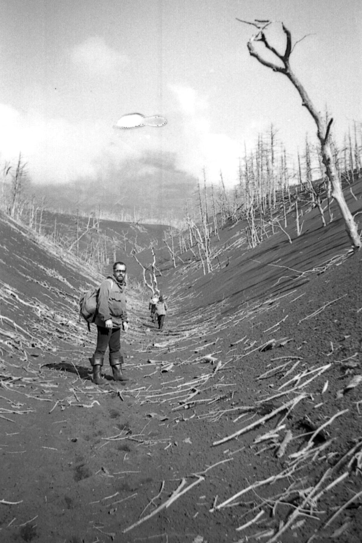 Автор на Кунашире, 1981 г. Пепловое поле вулкана Тятя.