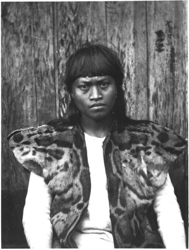 Абориген Тайваня в куртке из шкуры дымчатого леопарда