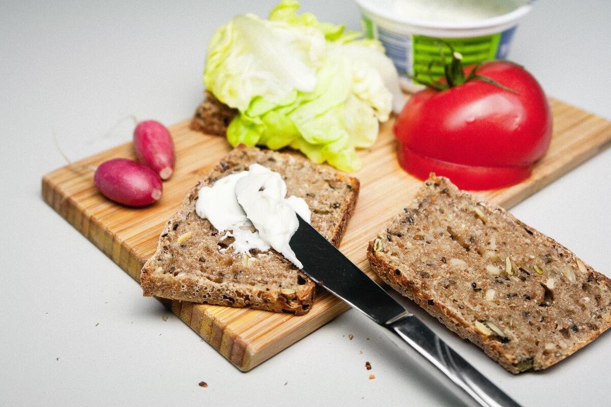 Бутерброд с чем-нибудь (что под руку попадётся), накрытый ломтиком сыра и подогретый в микроволновке. На голодный желудок — объедение!