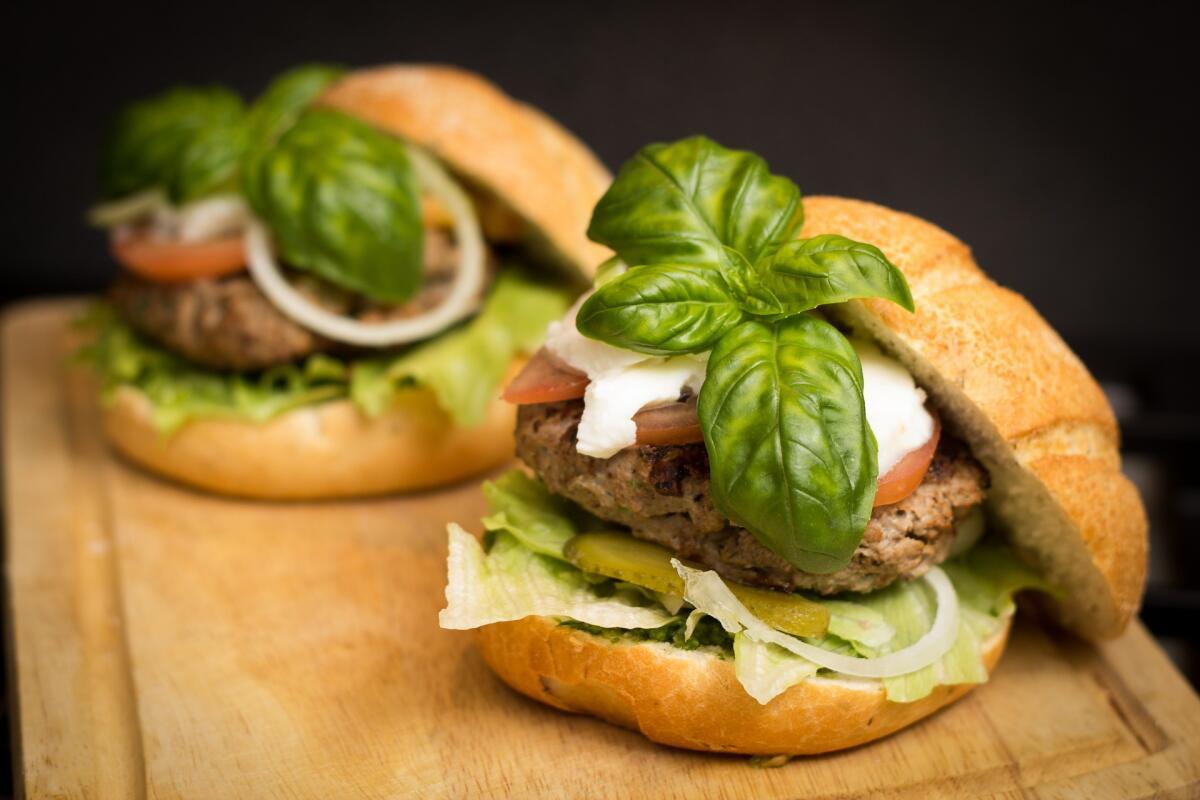 Сэндвич из фастфуда - еда вкусная, но очень калорийная и вредная