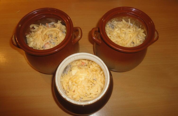 ... сверху присыпаем тертым сыром, закрываем крышкой и отправляем в духовку