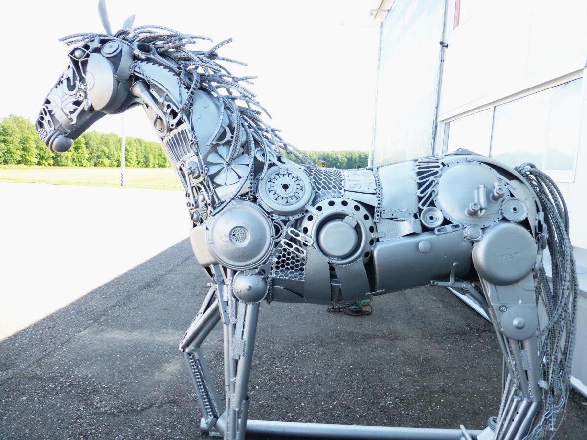 Красавец стальной конь - украшение входа