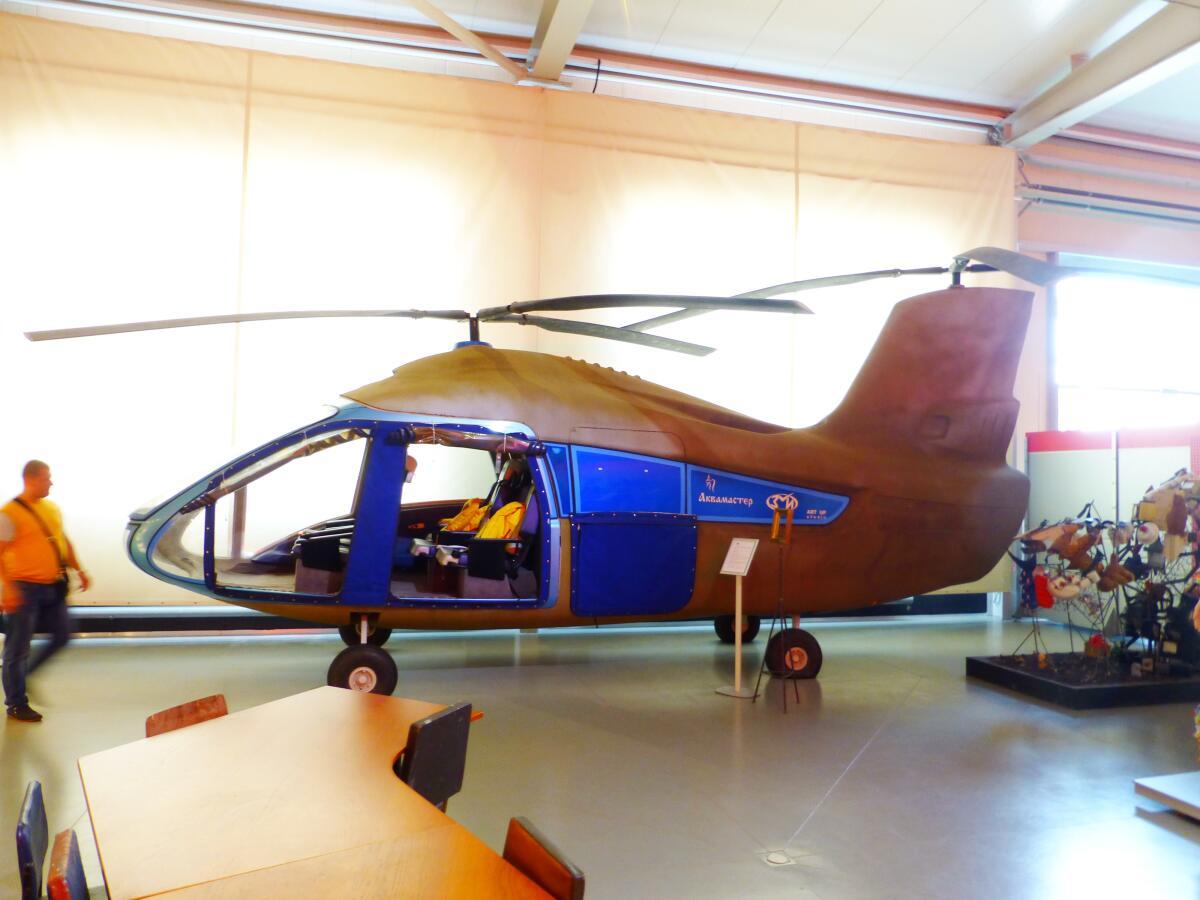 Почти настоящий вертолёт, можно посидеть в кабине пилота