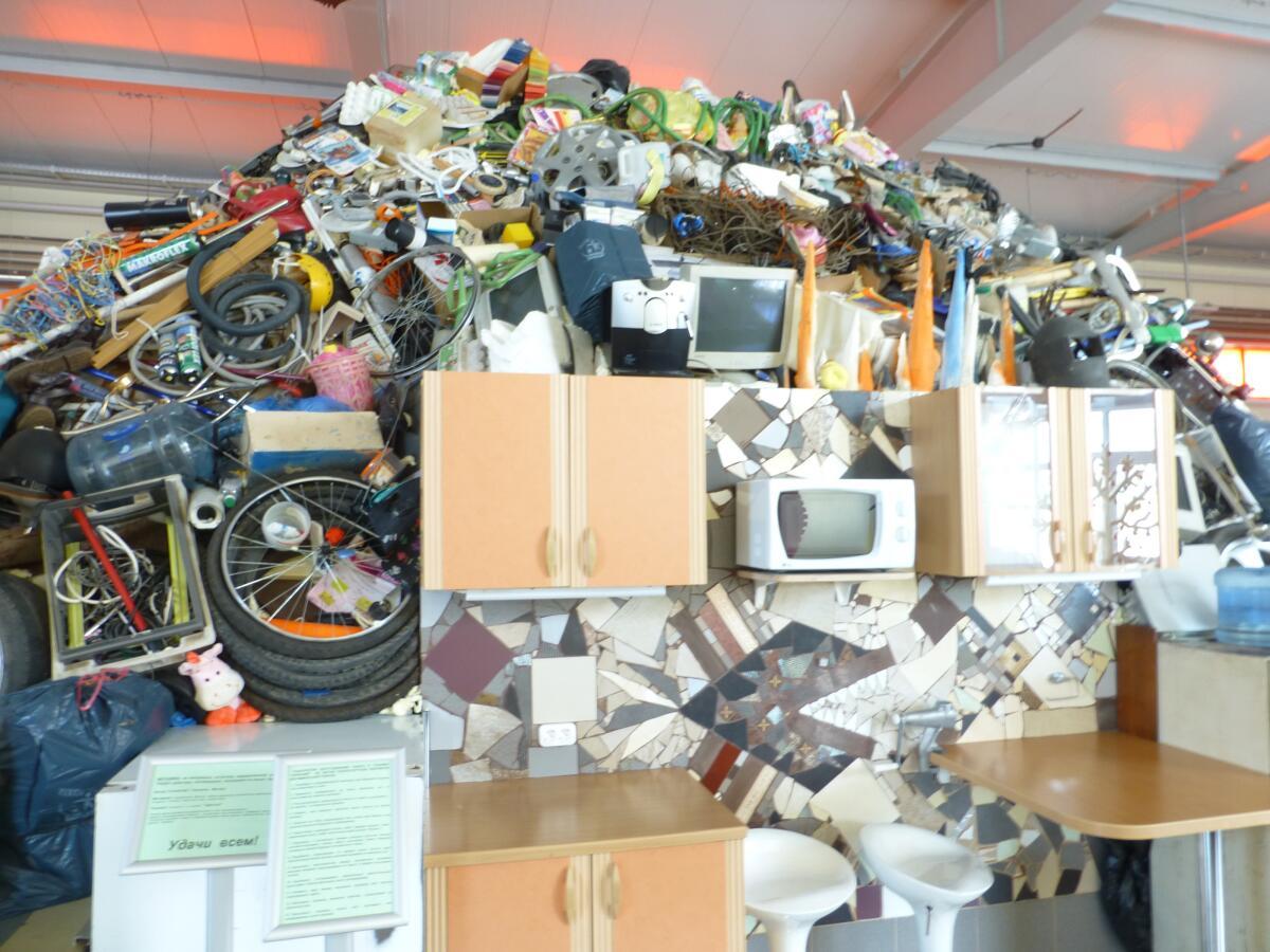 Почти настоящая свалка мусора в музее