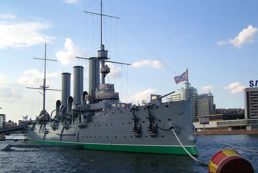 Крейсер «Аврора», символ Октябрьской Революции, полностью изменившей жизнь в России