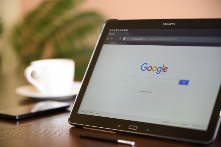 Зная, какую именно работу и в какой сфере искать, выберите подходящих работодателей. Google вам поможет