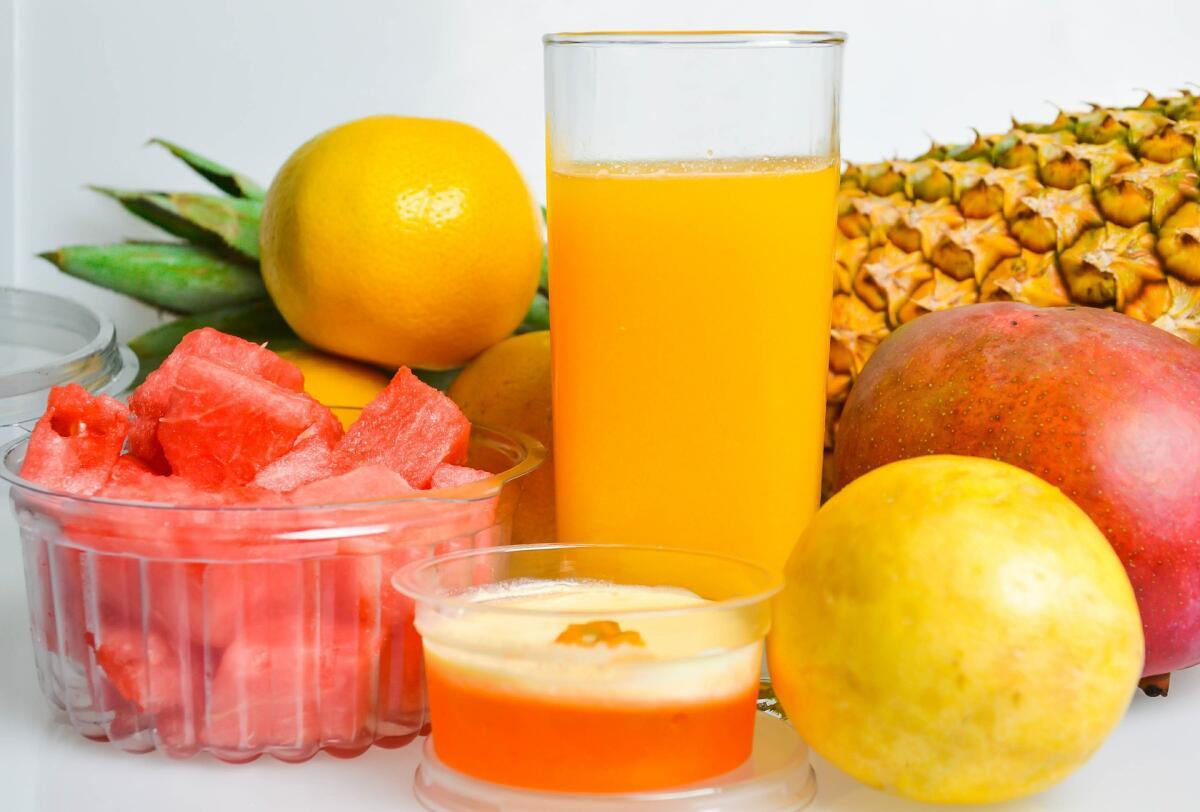 Цитрусы, ананасы и другие тропические фрукты - идеальный вариант для соковыжималки