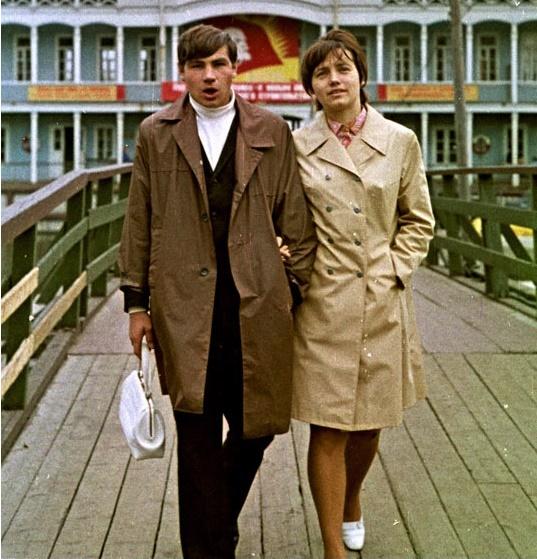 Болоньевый плащ - обязательный атрибут модников в 60-х годах