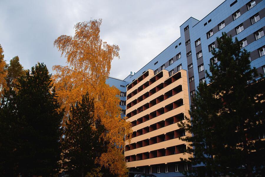 Корпус студенческого общежития НГУ в Новосибирском академгородке