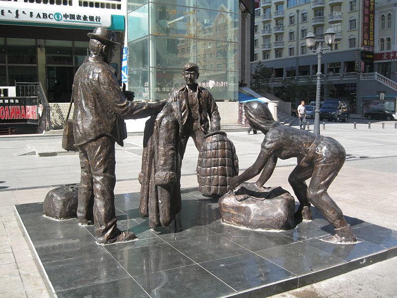 Памятник «челнокам» в находящемся на границе с Россией китайском городе Маньчжурия