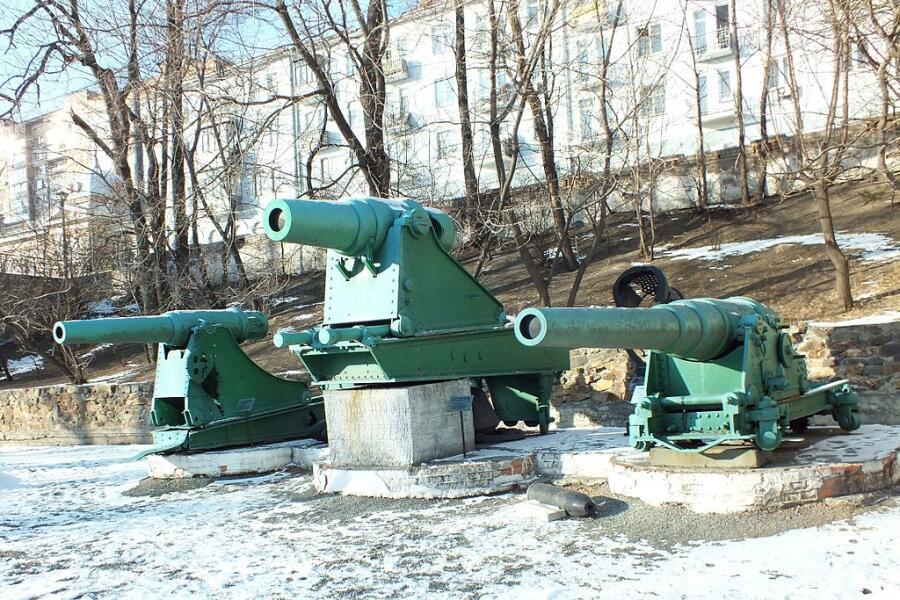 Пушки Порт-Артура в Музее Тихоокеанского флота, Владивосток. На лафетах видны следы попаданий японских снарядов