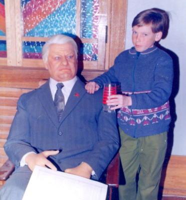 Символ десятилетия восковой Б. Ельцын с сыном Денисом