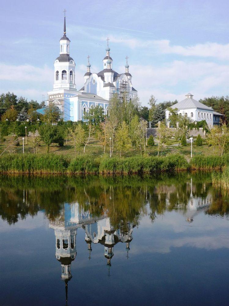 Свято-Николаевский собор на берегу озера, город Горишние Плавни