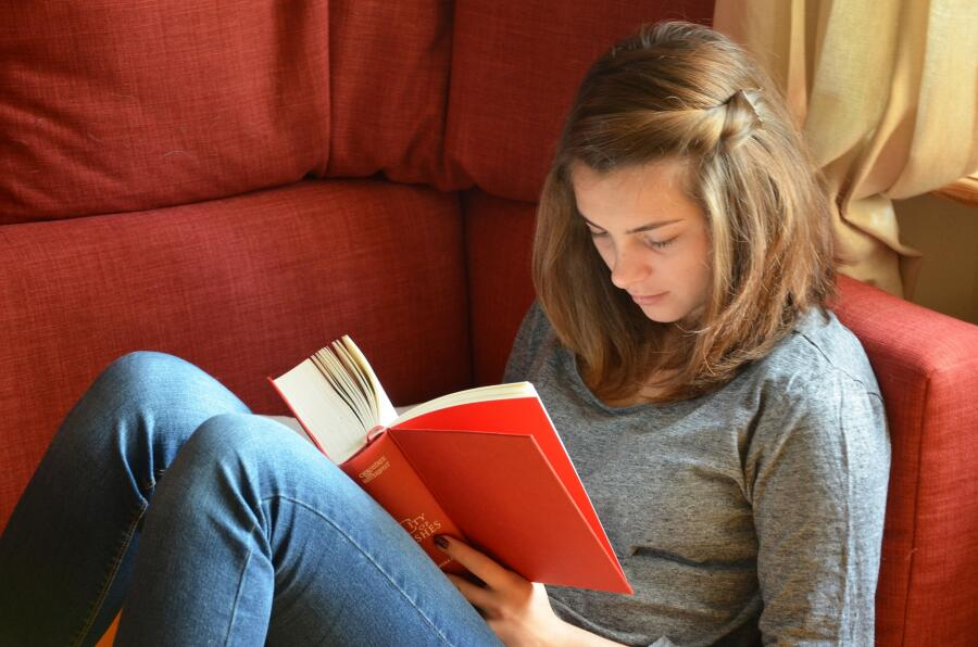 Что читает молодежь? Семь книг, которые стоит прочитать до 25 лет