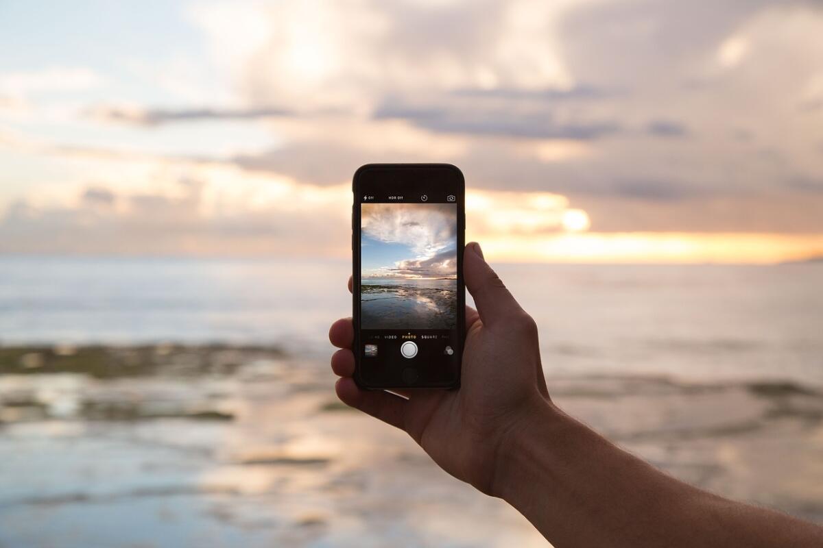 Заряженный телефон - верный помощник отдыхающего на природе