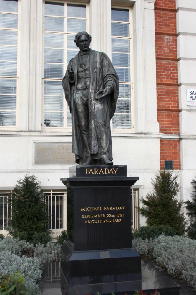 Памятник Фарадею в Лондоне, Савойская площадь