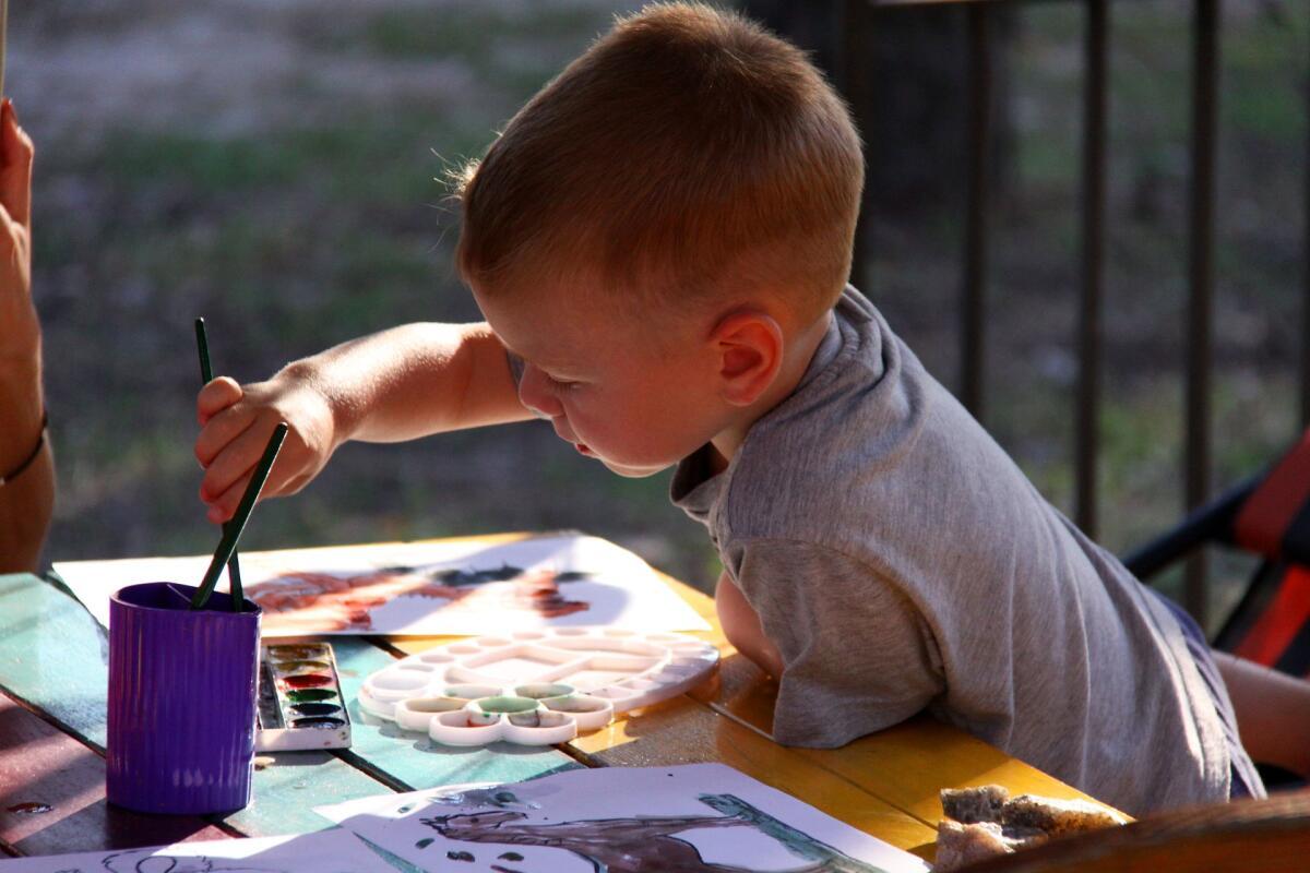 Любимые занятия отвлекут внимание ребенка от конфет