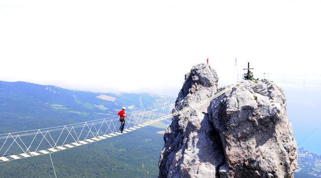 Мост, установленный на зубцах горы Ай‑Петри в Крыму