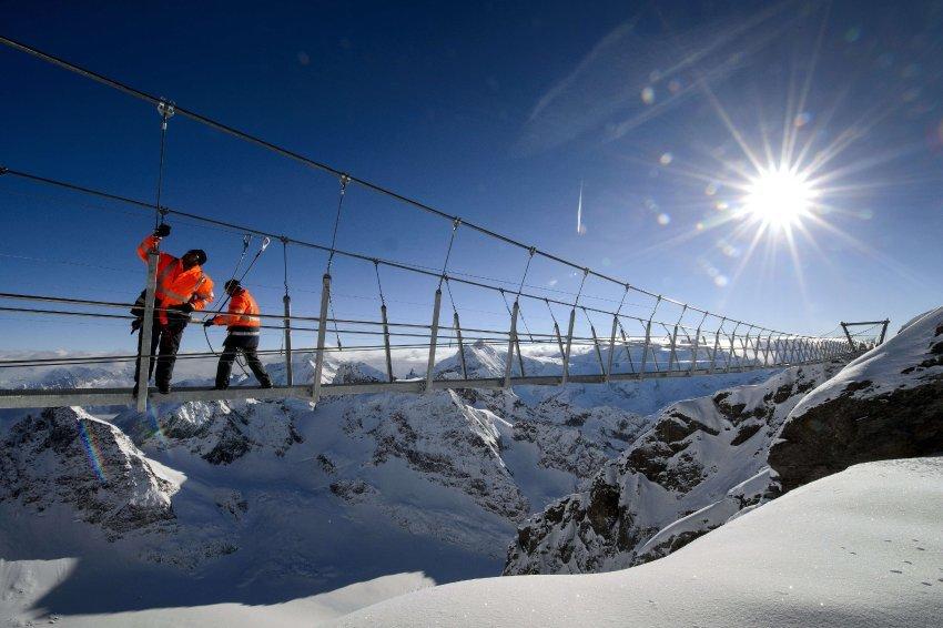 Подвесной мост на горнолыжном курорте Энгельберг в Альпах