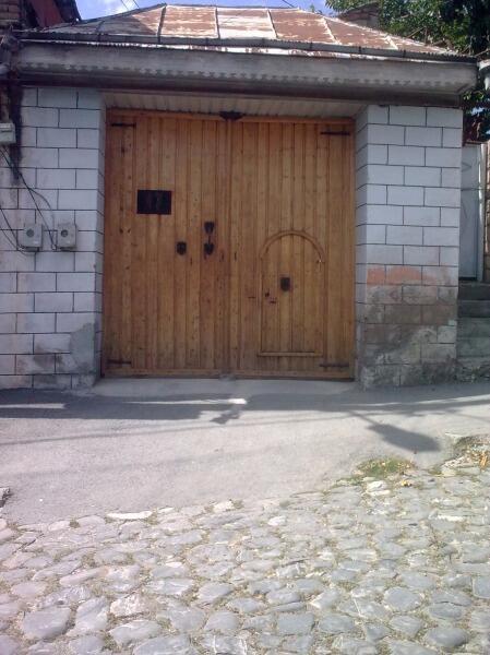 Ворота открывают только для машин, для людей - калитки.