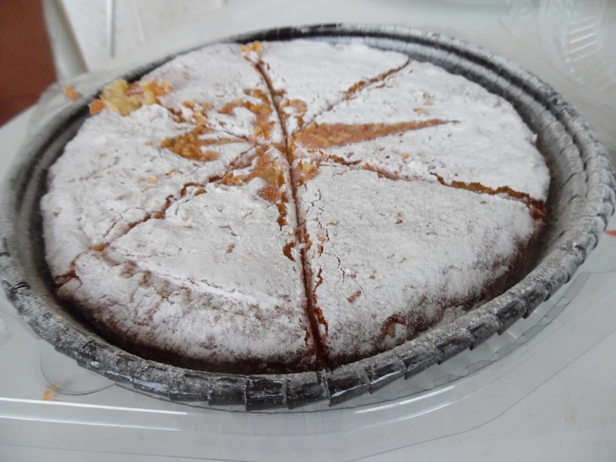 Торт нужно посыпать сахарной пудрой
