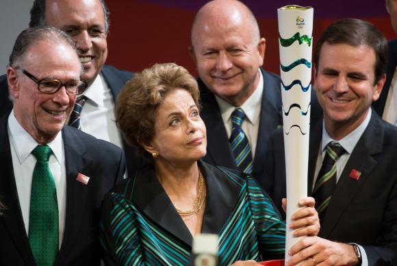 Президент Бразилии Дилма Русеф с факелом олимпийского огня