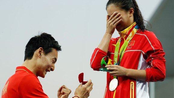 Романтика Рио: Двукратный олимпийский чемпион по прыжкам в воду Цинь Кай сделал предложение Хэ Цзы