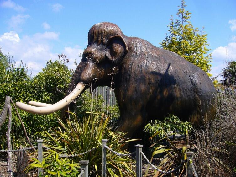 Скульптура мамонта в парке