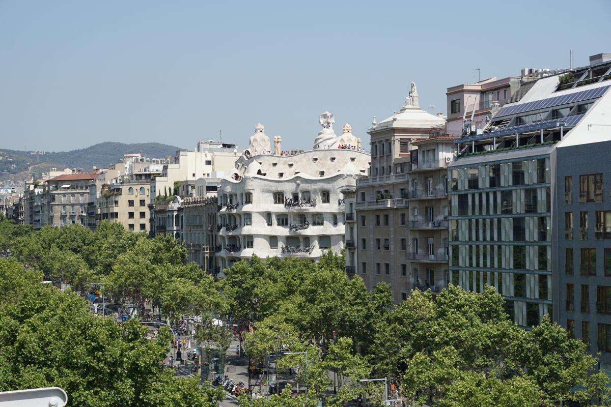 Кто, кроме каталонца Гауди, смог бы спроектировать дом без несущих и опорных стен, с подвижными межкомнатными перегородками?