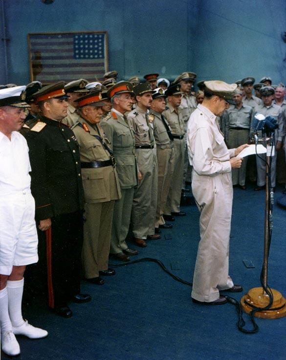 Представитель СССР К. Н. Деревянко (стоит второй слева) присутстствует при подписании акта о капитуляции Японии. У микрофона генерал Д. Макартур