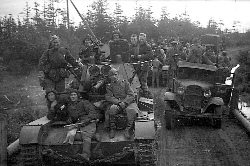 Колонна танков и грузовиков в сопровождении пехоты на марше