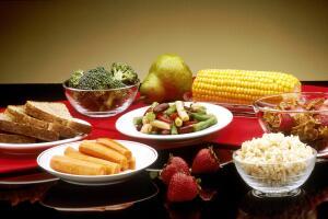 Много  клетчатки содержится в растительной пище – овощах и фруктах