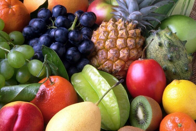 Фрукты содержат в основном яблочную кислоту, а ягоды и цитрусовые — лимонную